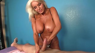 Client receives a handjob overwrought be imparted to murder big-tittied mature masseuse