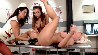 Nurses kitchen garden a woman's warm pussy in pulchritudinous lesbian trio